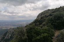 """蒙特塞拉特修道院是喜爱攀岩,登山者的天堂。这座""""锯齿山""""传说,有人说是由小天使用黄金锯所雕刻而成。有"""
