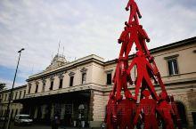 从比萨到五渔村必须先到拉斯佩齐亚中转,这里是进入五渔村的门户。拉斯佩齐亚火车站不大,车站前有个人叠人