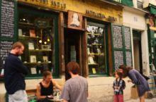 法国再一次封城,让我想起这个文化气息浓郁巴黎左岸的莎士比亚书店 ,从外表看非常不起眼,进到店里空间也