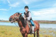 旅途完美起航。一路上穿越草原森林住小木屋、蒙古包、木刻楞、骑马、射箭挤牛奶、喂小羊、看驯鹿、等日落坐