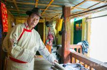 央章次里是俄亚大村现在的大东巴,他整理的东巴经有300多册,平时除了研读经文、画图画和祭符,纳西族里