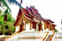 王宫博物馆,在湄公河边,浦西山下,是历代国王的寝宫。皇宫建在多层的平台上,看起来金碧辉煌,流光溢彩,