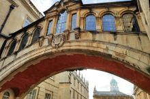 叹息桥,其实是一种横跨在两座建筑之间的连廊,在欧洲古建筑中国还是比较常见的,牛津的叹息桥被剑桥大学戏