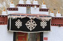 阿里噶尔县门士乡的扎达布日寺,处于一片高寒荒漠之中,却被称为是神山的衣领,也许就是凭借这样屹立的风骨