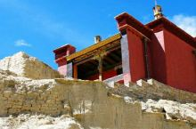 布嘎寺位于措勤县达雄乡夏东村,1920年宗教与部落总领头人嘎白组织人力、财力、修建布嘎寺。之后在新中