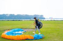 大尖山滑翔伞运动基地 ,坐落在钱塘江畔,尖山脚下,是目前江浙地带景色最优美的飞行场地。尖山四面皆平原