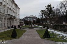 萨尔茨堡市中心能遥望萨尔茨堡要塞的著名景点米拉贝尔宫和花园,是电影音乐之声的拍摄地之一,花园里的飞马