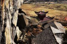 崖壁下的古庙