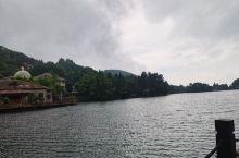 庐山打卡第二天上午:主要游览西线如琴湖、锦绣谷、白居易草堂。走在沿湖小路,微风、湖水、小桥、青山,很