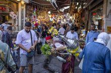 在土耳其逛商场的游客们