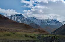 玉垒顿清开宿雾,雪山增重起秋风。
