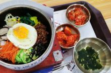 梨花中国朝鲜族牛肉汤饭 饭馆的名字有点长,主要供应拌饭和冷面,牛肉汤等,经营方式挺好的,尽管用餐的人