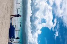 沙滩上的沙子软绵绵的,踩上去就像在被子上一样,海水包裹着我的双足,十分舒服。