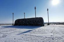 雪后的草原,一路上人少车少,只有白雪覆盖下的苍茫大地。
