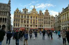 比利时金色广场,在蓝天白云下金碧辉煌,每栋金黄色的建筑都是一个商会的标志,尽显商会的实力,建筑历史悠
