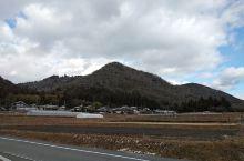 小山下雪了