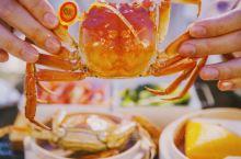 秋风起,蟹脚痒,来到沙家浜,赶上了当地的一场千蟹宴!横泾老街里的芦荡千蟹宴已经摆开八仙桌,招待八方来
