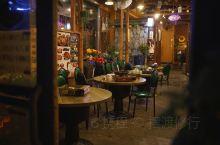 一家叫做「松屋」的韩国料理店,拉开门,是个空无一人的花房,四处点着暖炉。再往里边走,所有人都在屋里热