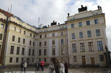 这里是布拉格城堡:捷克共和国的总统府。  布拉格城堡始建于9世纪,经过诸多著名建筑师和艺术家多次改建