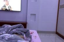 外面下雨了,刚洗完澡,躺床上看会电视,今天下午想了很多事,总感觉哪不太对,说不出来的感觉,也不知道咋