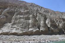 怒江打卡点两边灰褐色的山岩仿若月球表面,干涸浮躁,与然乌湖天青色的翠绿沉静和幽深成了反差。遇到了磕长