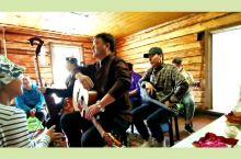 喀纳斯小木屋小型音乐会