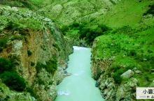 阔克苏大峡谷发源于天山山脉中部,由亿万年来沉积的岩层随地质运动和天山雪融水交相作用而形成,位于新疆伊