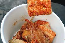 说实话我从来没吃过臭豆腐,而且朋友闺蜜一直劝我,从来没吃过,直到路过这家,才真明白闻臭吃香原来是这么