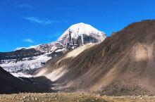 冈仁波齐神山,海拔逾6000米,山壁异常陡峭,至今无人可以攀爬登顶,在阳光终日普照之下,山顶的积雪却
