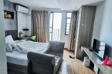 性价比很高的公寓,房间干净 03号的前台小哥哥热情服务。态度亲切感 非常好 服务也非常到位。下次还会