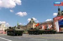 观看俄国斯卫国战争胜利阅兵仪式