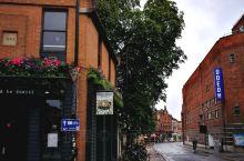 午夜一场雨,清晨牛津街头格外清新宁静。古老的城市校园经过雨水洗礼,更加靓丽,重新焕发出活力。从下榻的