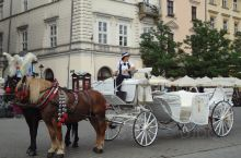 弥漫着中世纪的风情。克拉科夫的最鼎盛时期是在14到16世纪,同布拉格和维也纳一道,被称作中欧三大文化