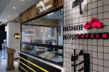 牛物生切牛肉火锅位于普洱市区一座商场里面,这座商场有普洱唯一一家星巴克,商场很多新潮特色的餐饮店,这