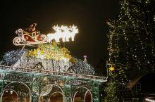 在这里一年四季一天早晚各有不一样的风景,这座城市最美的名片就是市政厅,圣诞节期间,市政厅的门前便成了