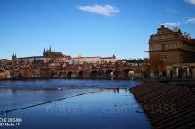 湛蓝的天空些许白云下,在伏尔塔瓦河畔遥望犹如油画一般的布拉格城堡、查理大桥、佩特任山在伏尔塔瓦河中的