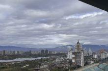 明净清澈的天空,江水悠悠,远处的高楼大厦,都各有各的特色,沿江两岸,都是不同风格又富有民族特色的建筑