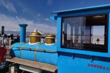 特别推荐一下茶卡盐湖的小火车,茶卡盐湖位于青海省海西蒙古族藏族自治州乌兰县,这里原来是1个盐业工地,