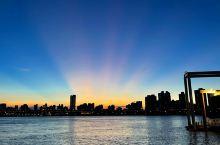 晴空萬里的一天,在太陽下山的時刻,於淡水河畔的大稻埕碼頭,迸射出久違的燦爛霞光。 #旅行拍照技术流