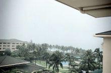 下雨了,躺在阳台上也能看海,挺舒服的!