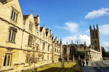 牛津三一学院,是牛津大学里面比较著名的一所学院,建筑比较具有特色,并且在主干道上,途径的机会比较多,