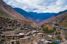 翻过一座座大山,穿过一道道峡谷,俄亚大村处在滇川两省的丽江、中甸、宁蒗、稻城、木里五县的交界处,一条