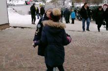 莫斯科三圣一大教堂门口,两个俄罗斯小女孩快乐的跳着。