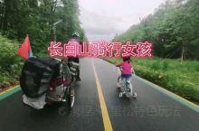 长白山森林里的4岁骑行女孩