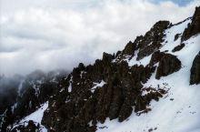冬天的天山,可谓冰天雪地~ 天池也直接变成冰池~ 但是有别样的风景和美感~
