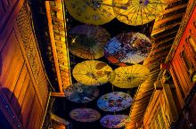 长长的巷子,抬头一看,咦~全是伞