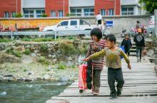 在俄亚的村头巷尾,偶遇天真可爱的孩子们,说是周六,不上学。与外界隔离再久,孩子们的天性依然不会改变。