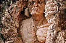 依山而建的10米级雕像——《众神的居所》
