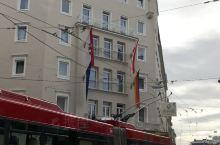 一路劳顿后,到达萨尔茨堡见到这个大楼的店招,顿时轻松不少,歇脚的地方到了。事先我知道这里原来是洲际酒