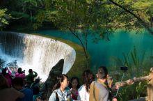 这次贵州之行非常精华的景点,荔波小七孔被誉为贵州的小九寨,小巧玲珑的古桥横跨在碧绿水面上,雨雾迷蒙时